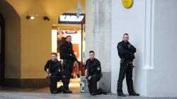 """Tiroteo en un centro comercial en Munich. El tiroteo sucede a últimas horas de tarde, en horarios de alta concurrencia en el shopping, ubicado en el corazón de Munich, cerca del parque olímpico. """"Presumimos que puede haber muchos muertos"""", afirmó un vocero de la policía de Munich, en referencia al confuso episodio con disparos y estallidos. (EFE) MIRÁ LA FOTOGALERÍA EN HD"""