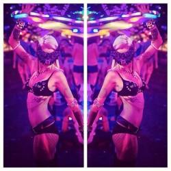 Moodhoops Blazedancerkayt:#Ezoo5 #electriczoo #ezoo #electric #zoo #mask #cat #meow #ravebra #gogo #wegogo #gogolife #purple #pink #moodhoops @moodhoops #blaze #dance #hoop #hulahoop #hooping #ledhulahoop #led #showusyourtrails @iheartraves #inked #inkedgirls #girlswithtattoos #blonde #tattoos