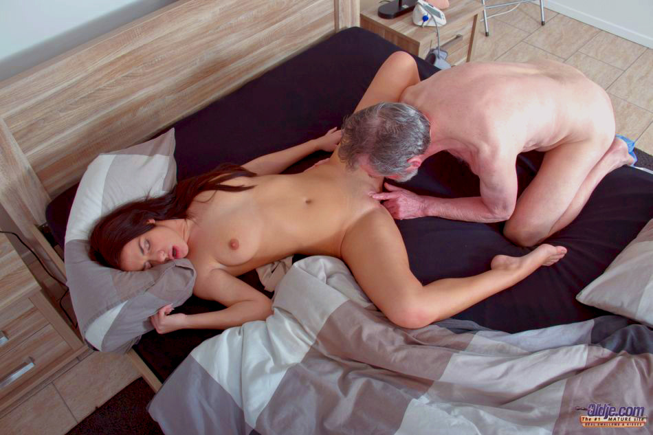 Vid. young slut hard fucked by old horny man he fucks her pussy and licks clit macht