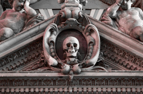 "blackpaint20: ""  The skull on top of the Tomb of Lucas - Amiens Cathedral """