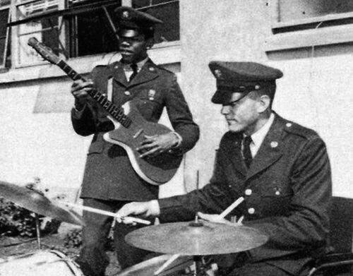 Jimi Hendrix playing guitar while in the Army... | 500 x 391 jpeg 55kB