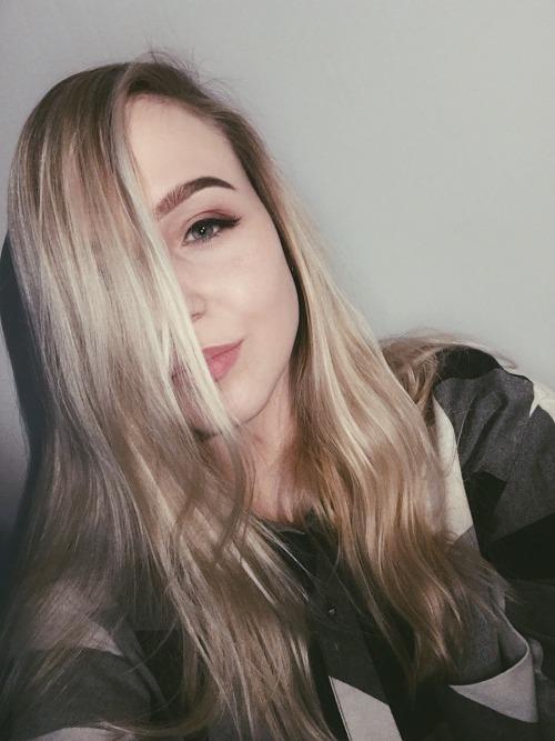selfie makeup blonde long hair checkerd flawless inglot ardell