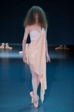 Défilé Viktor & Rolf Couture printemps été 2014 : http://ow.ly/sUano