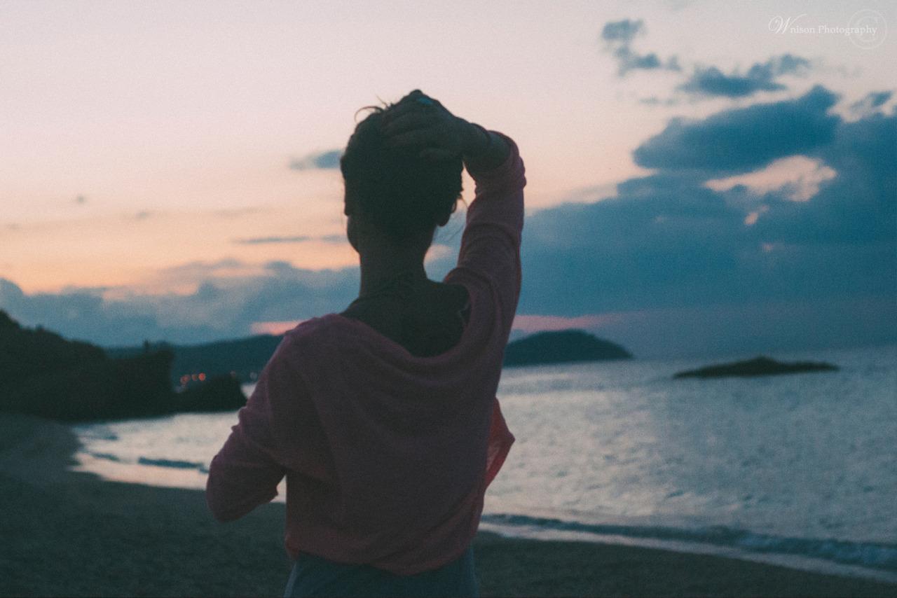 Девушка со спины с короткой стрижкой на море
