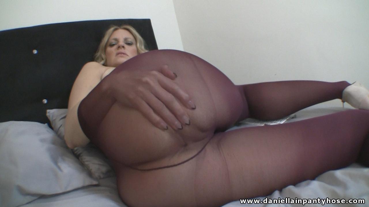 Latina giving handjob