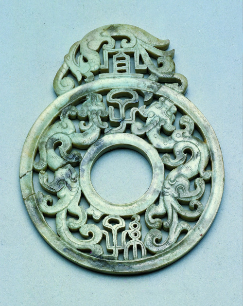 historyarchaeologyartefacts: Jade blessing disc with dragon and phoenix motifs. China, Eastern Han dynasty, 25-220 AD [1194x1502] Source: https://reddit.com/r/ArtefactPorn/comments/ci2jpi/jade_blessing_disc_with_dragon_and_phoenix_motifs/