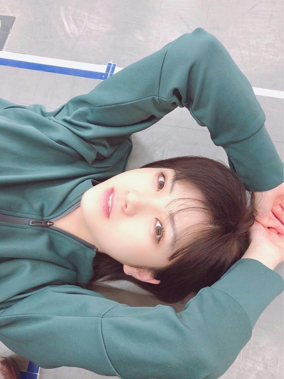 岡田奈々寝転んで可愛い表情