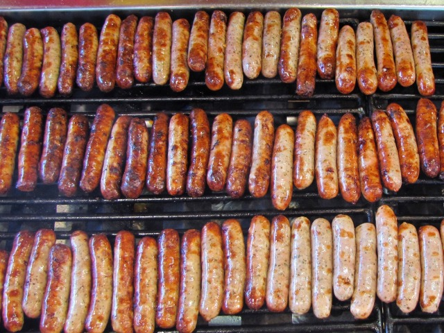 Hast du Hunger? :) Regional German Food: Die Nürnberger Rostbratwurst is a small sausage from Frank…