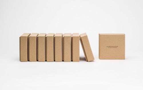 Cutie pentru pantofi.Ambalajul este realizat din carton CO3 Nature. Cutia este personalizată prin serigrafie într-o culoare. Modelul cutiei este FEFCO 0330 și FEFCO 0426.