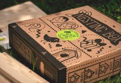 Ambalaj pentru o casă din lemn pentru păsăriAmbalajul este realizat din carton CO3 Nature. Cutia este personalizată prin flexografie într-o culoare. Modelul cutiei este FEFCO 0426.
