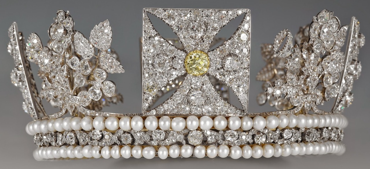 """The oldest tiara in the British royal vault is the <a href=""""http://www.tiara-mania.com/2014/11/diamo…"""