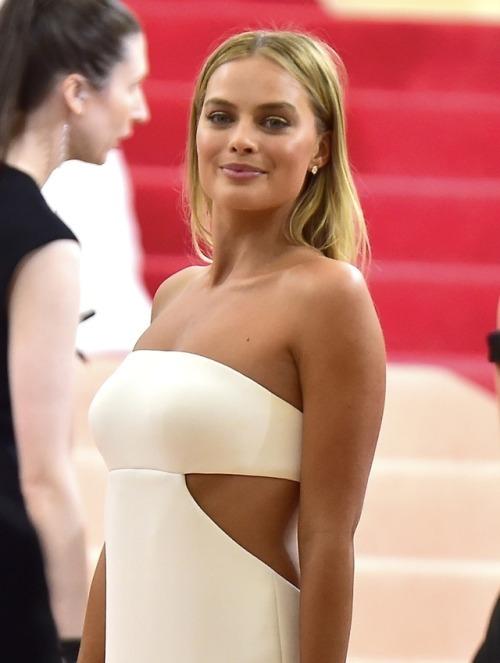 Margot Robbie white dress