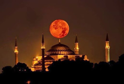 Superluna en Turkia. Supermoon in Istanbul, Turkey.