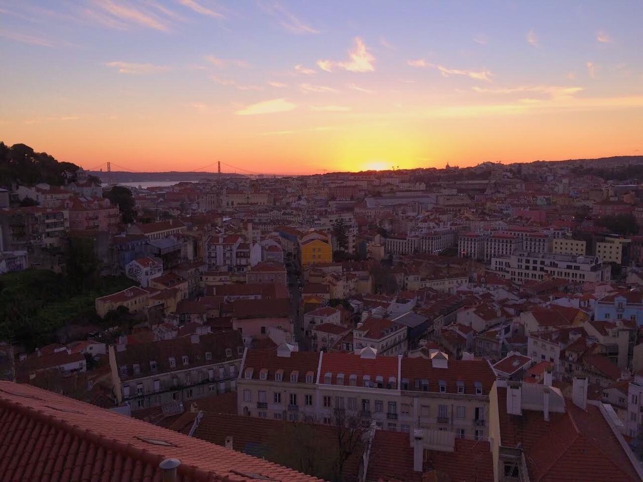 リスボンの夕日と街並み