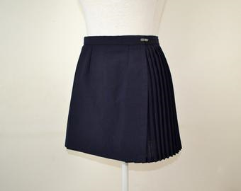 Another netball skirt I found. The link has loads of nice examples of pleated miniskirts. #pleated#mini#skirt#Hockey#Netball#pleated miniskirt#miniskirt #pleated mini skirt #short skirt#pleated skirt