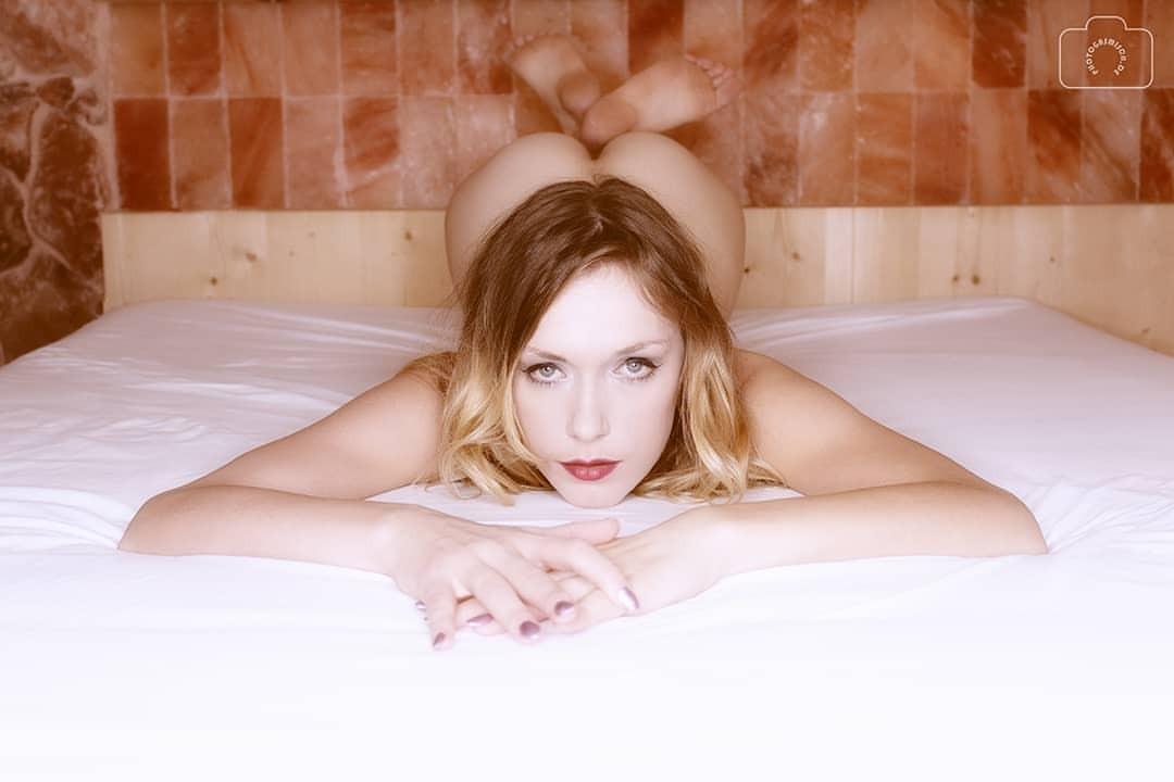 Heiß girlsnaked Frau fickt großen weißen Schwanz