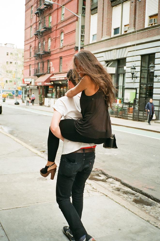 Девушка на спине у парня картинки